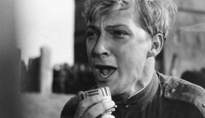 Szenenphoto: Ich war neunzehn, Deutsche Demokratische Republik (DDR) 1967. ICH WAR NEUNZEHN  Gregor am Mikrofon © DEFA-Stiftung, Werner Bergmann