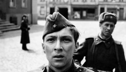 Szenenphoto: Ich war neunzehn, Deutsche Demokratische Republik (DDR) 1967. ICH WAR NEUNZEHN Gregor auf dem Marktplatz © DEFA-Stiftung, Werner Bergmann