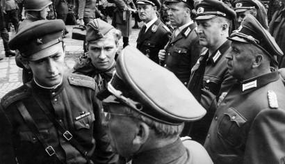 Szenenphoto: Ich war neunzehn, Deutsche Demokratische Republik (DDR) 1967. ICH WAR NEUNZEHN Gregor und sein Freund beim General © DEFA-Stiftung, Werner Bergmann