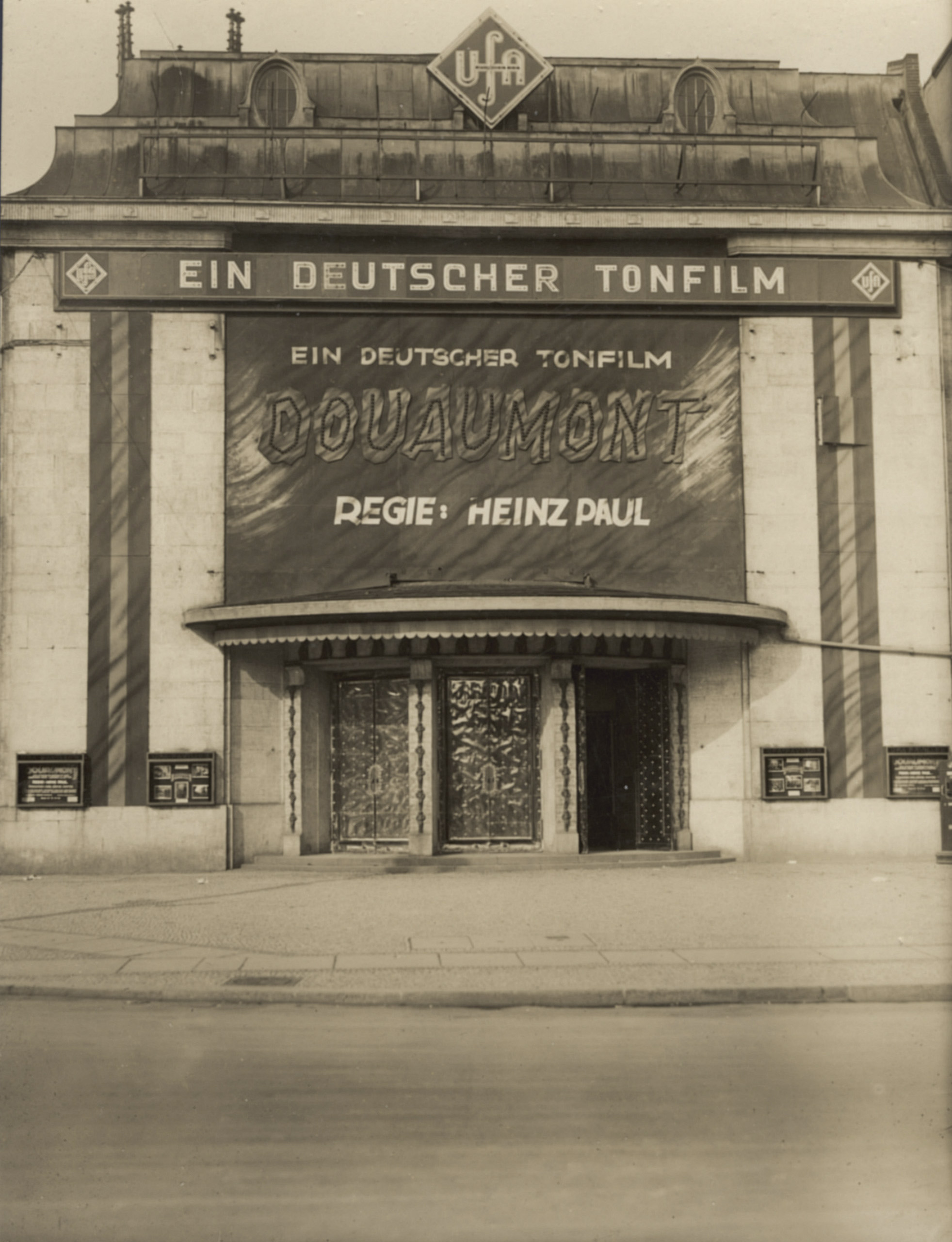 Seoia photo of the entrance with three doors and advertisements for the film Douaumont (Regie: Heinz Paul)