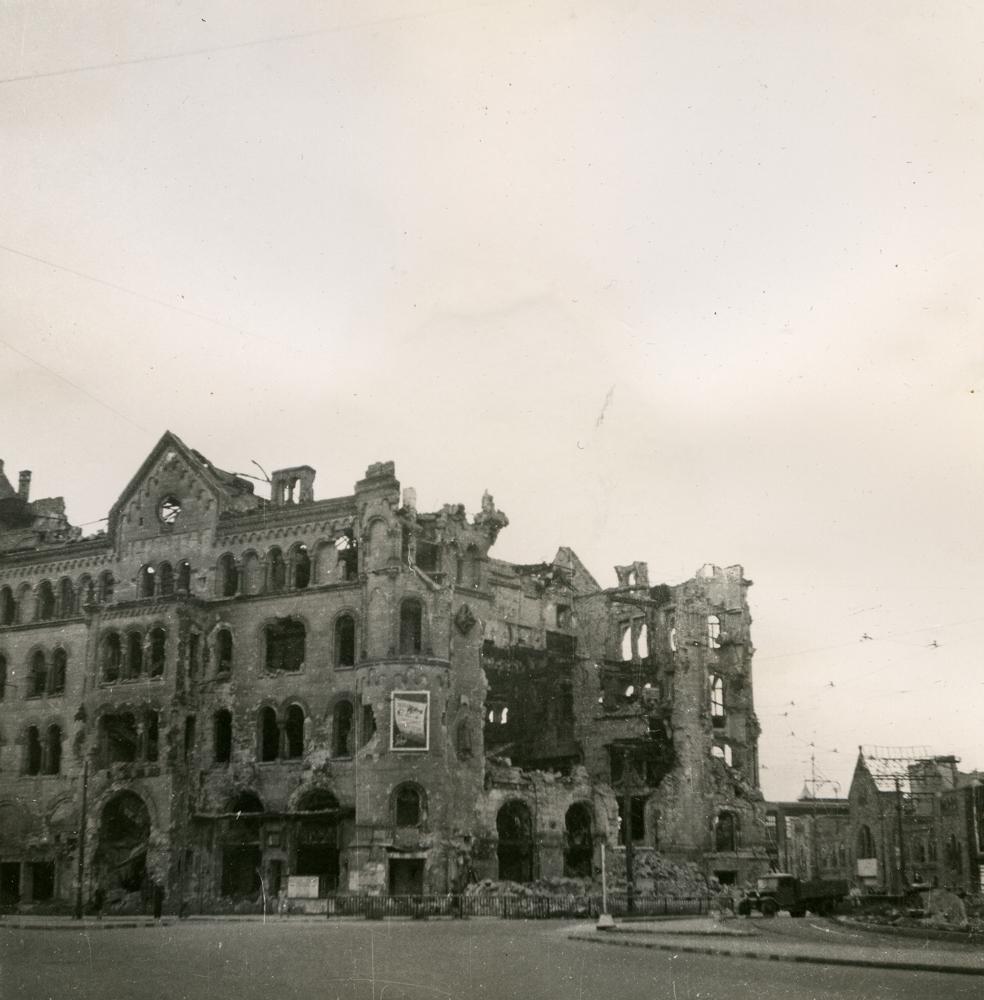 Schwarz-Weiß-Foto einer Ruine