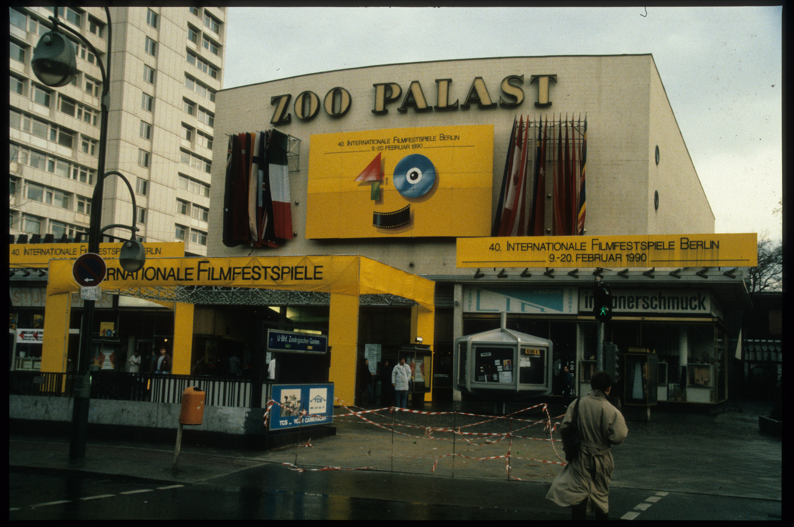 Color photo: yellow banners and tent scaffolding in front of the cinema for the 40th Berlinale