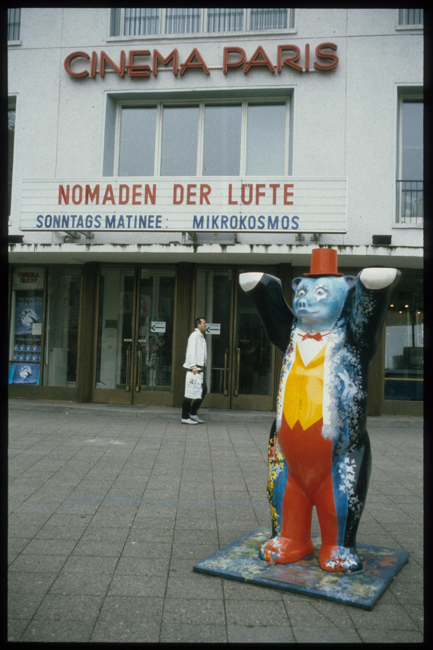 Farbfoto: Kinoeingang mit bemaltem Berlinbär