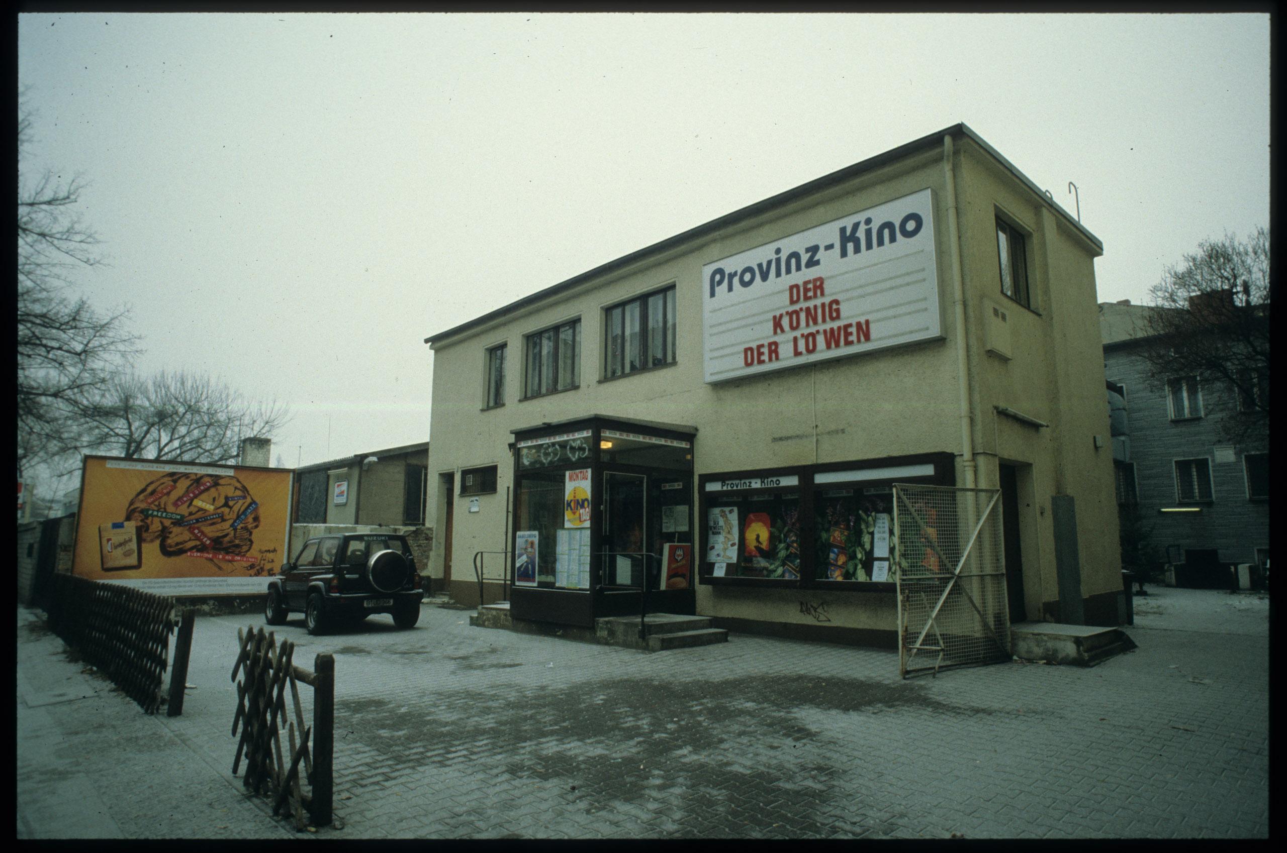 Farbfoto: Eingang mit Kinotafel im Winter