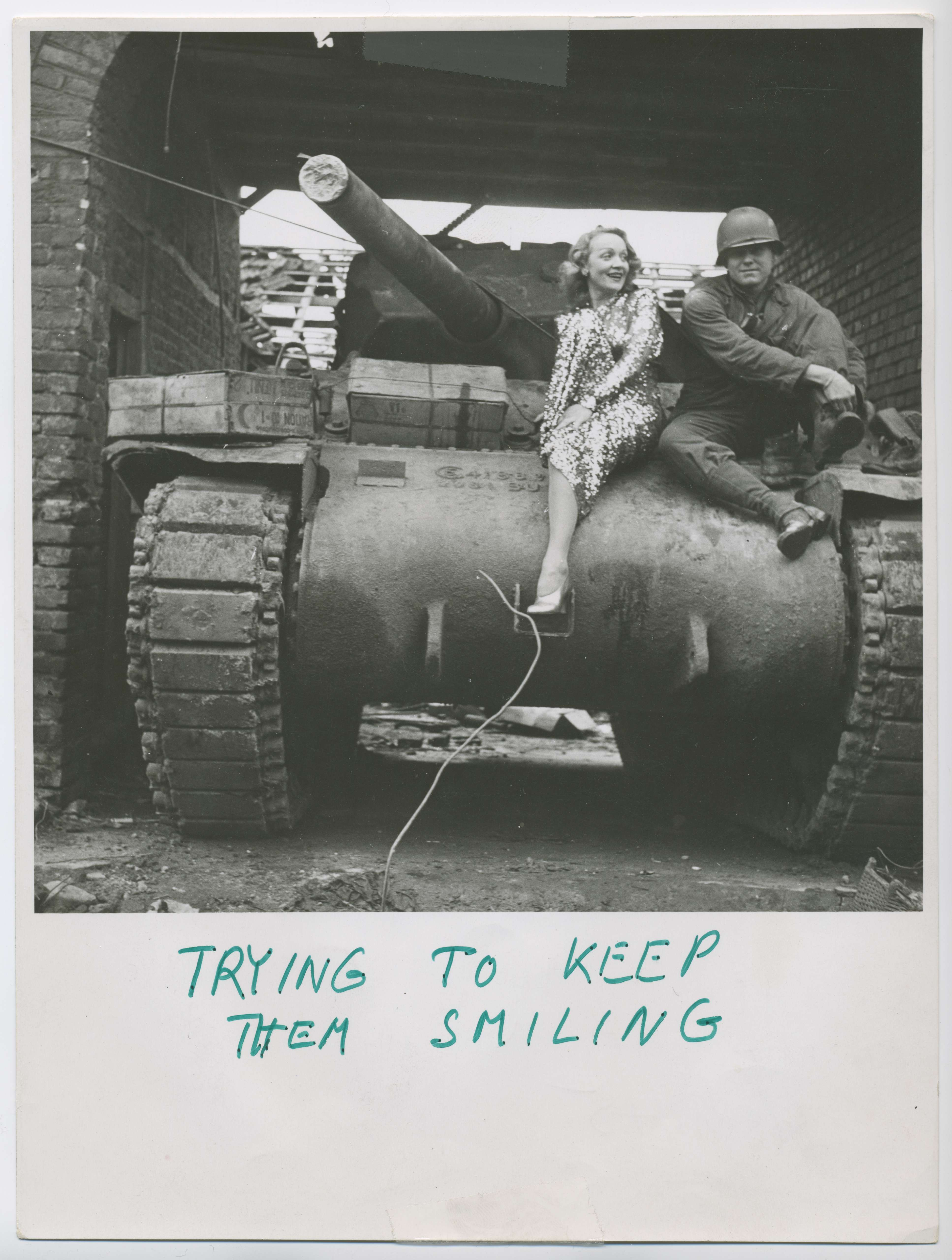 Marlene Dietrich in a performance costume, on a US army tank in Gillrath bei Geilenkirchen in February 1945