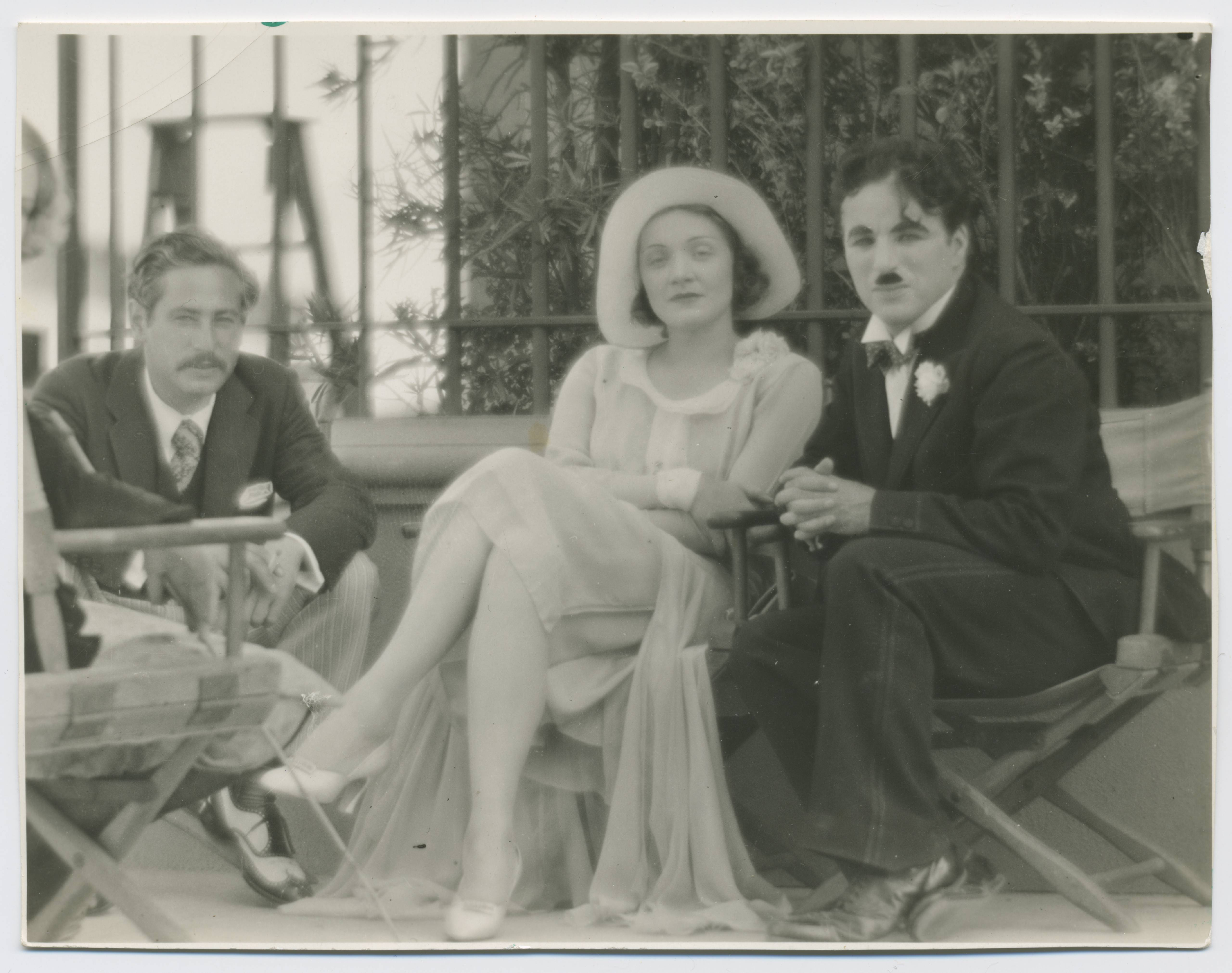 Josef von Sternberg and Marlene Dietrich visit Charlie Chaplin on the set of City Lights (USA 1931, directed by Charlie Chaplin) in Los Angeles