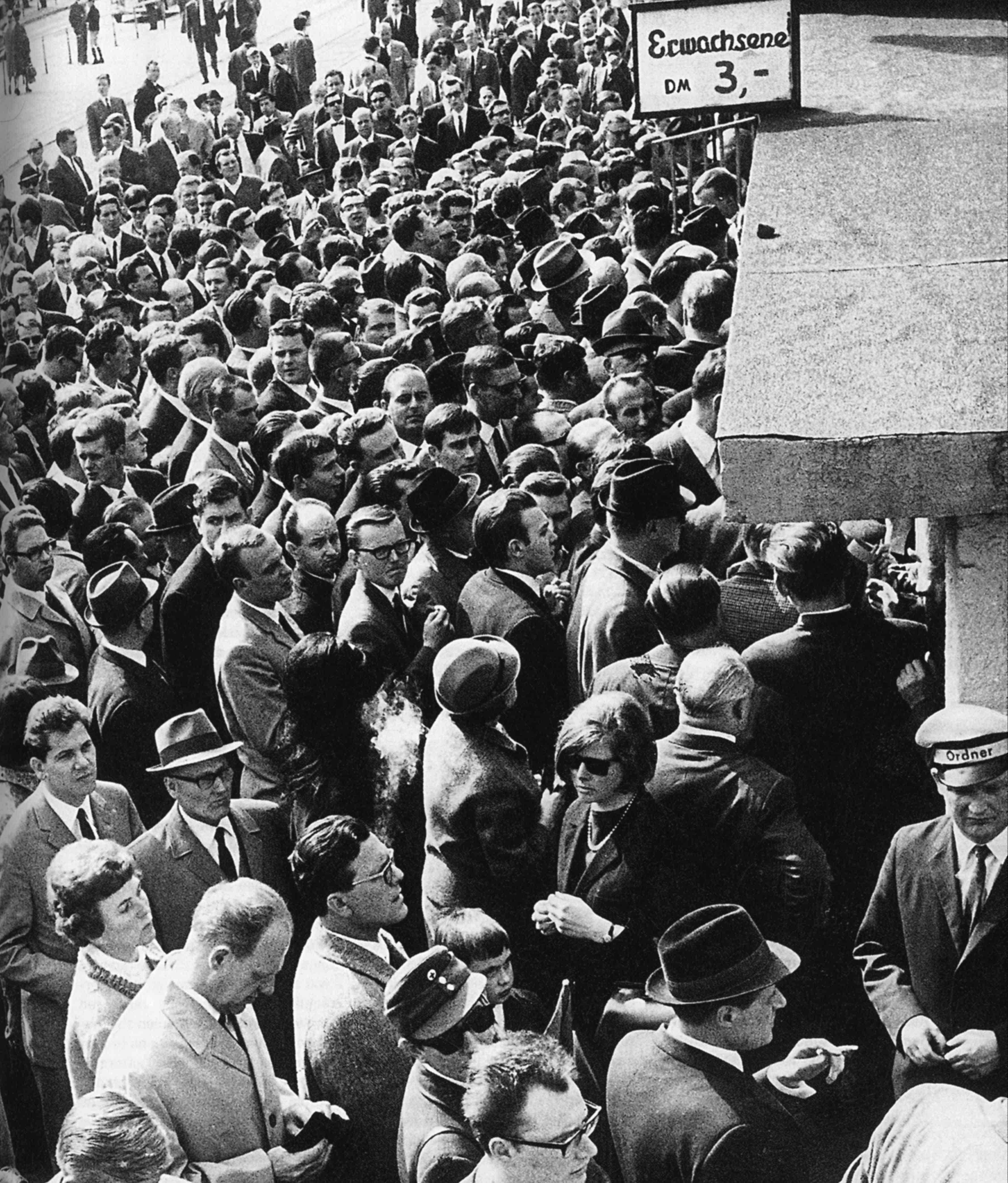 Foto von Fans während der Fussball-WM, 1950er Jahre