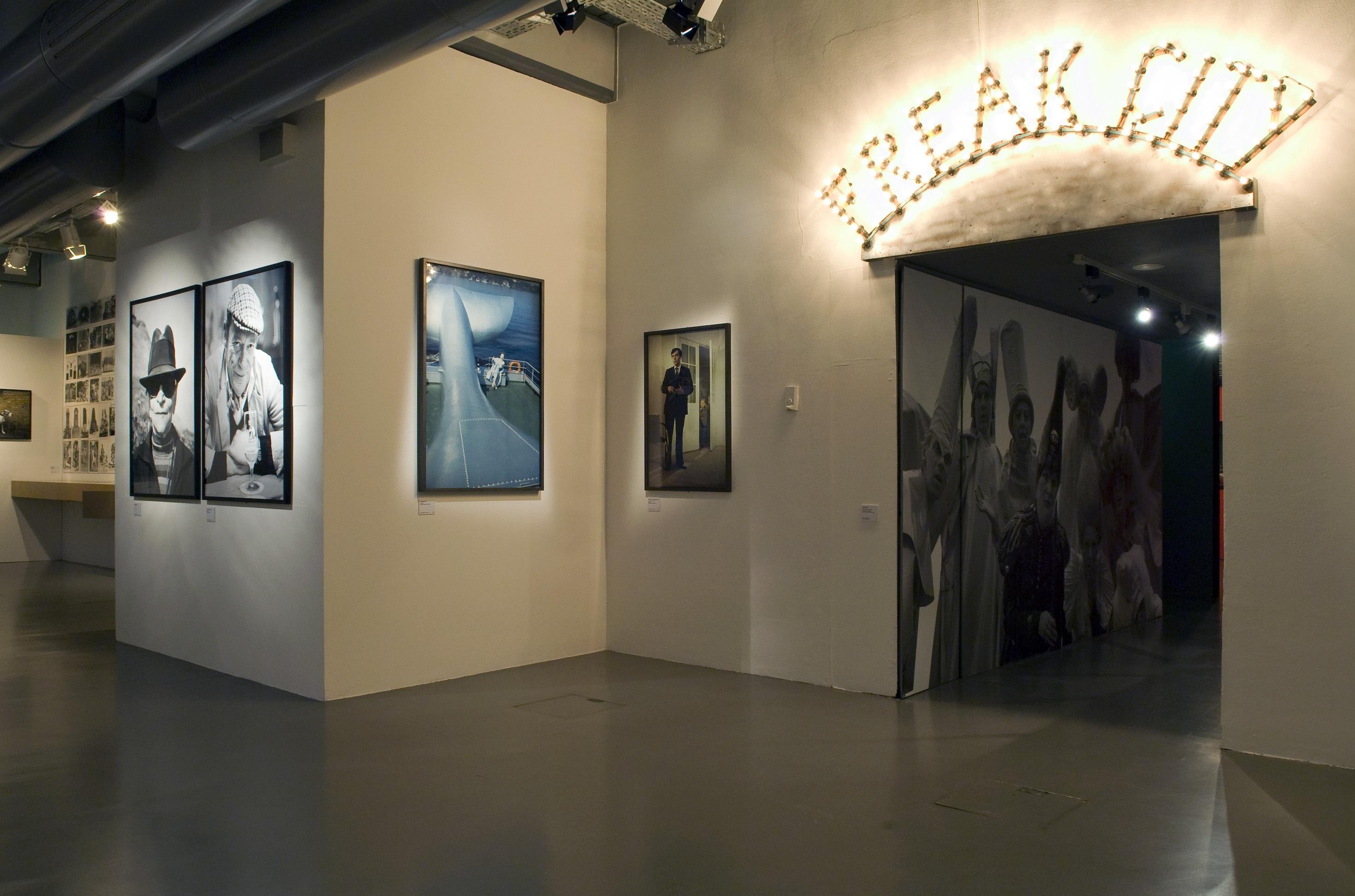 """Raumansicht der Ausstellung """"Ulrike Ottinger – Ausstellung und Retrospektive """", Deutsche Kinemathek, Berlin"""