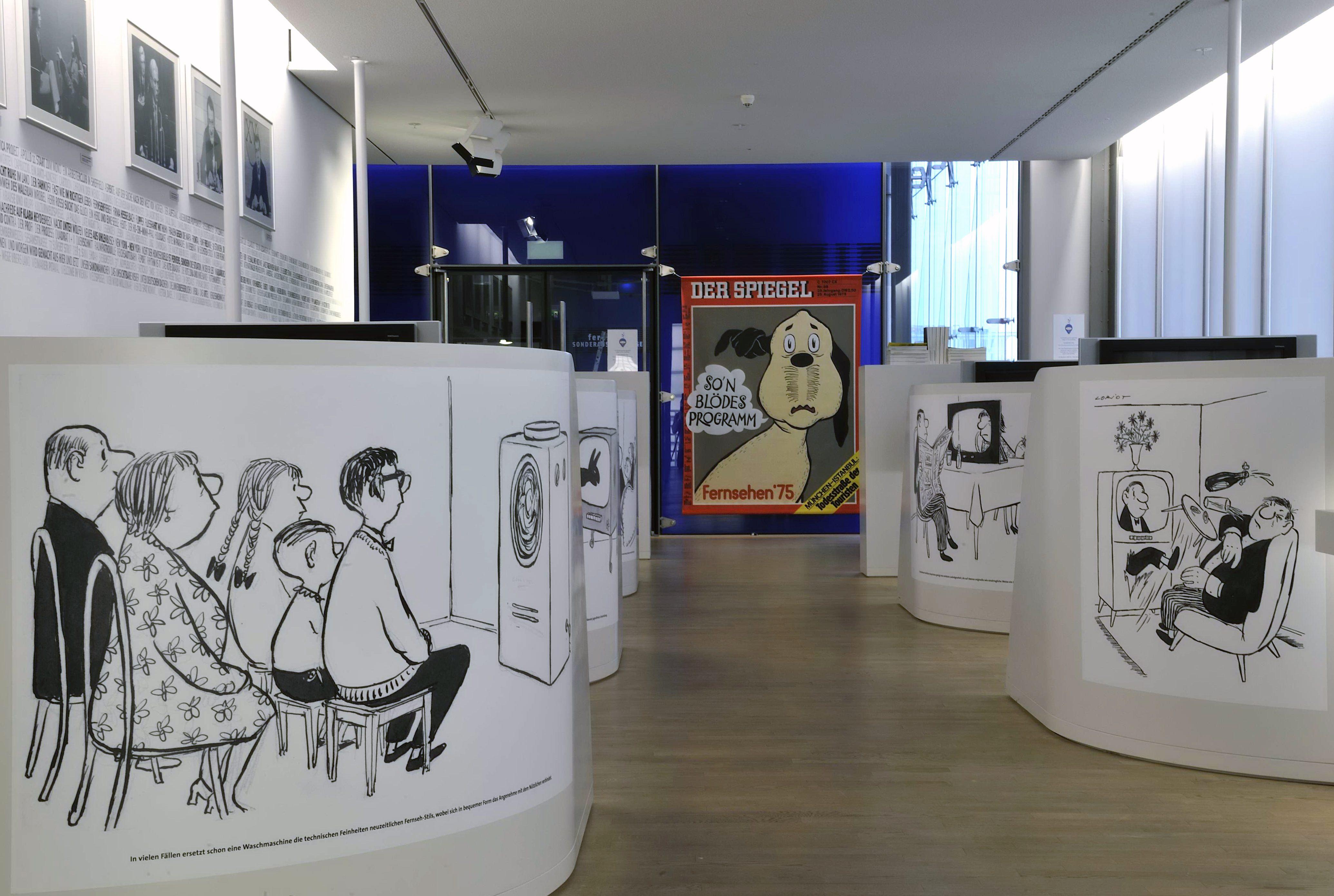 """Raumansicht der Ausstellung """"Loriot – Vicco von Bülow zum 85. Geburtstag"""", Deutsche Kinemathek, Berlin"""