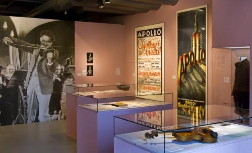 """Raumansicht der Ausstellung """"Wenn ich sonntags in mein Kino geh' – Ton • Film • Musik 1929–1933"""", Deutsche Kinemathek, Berlin"""
