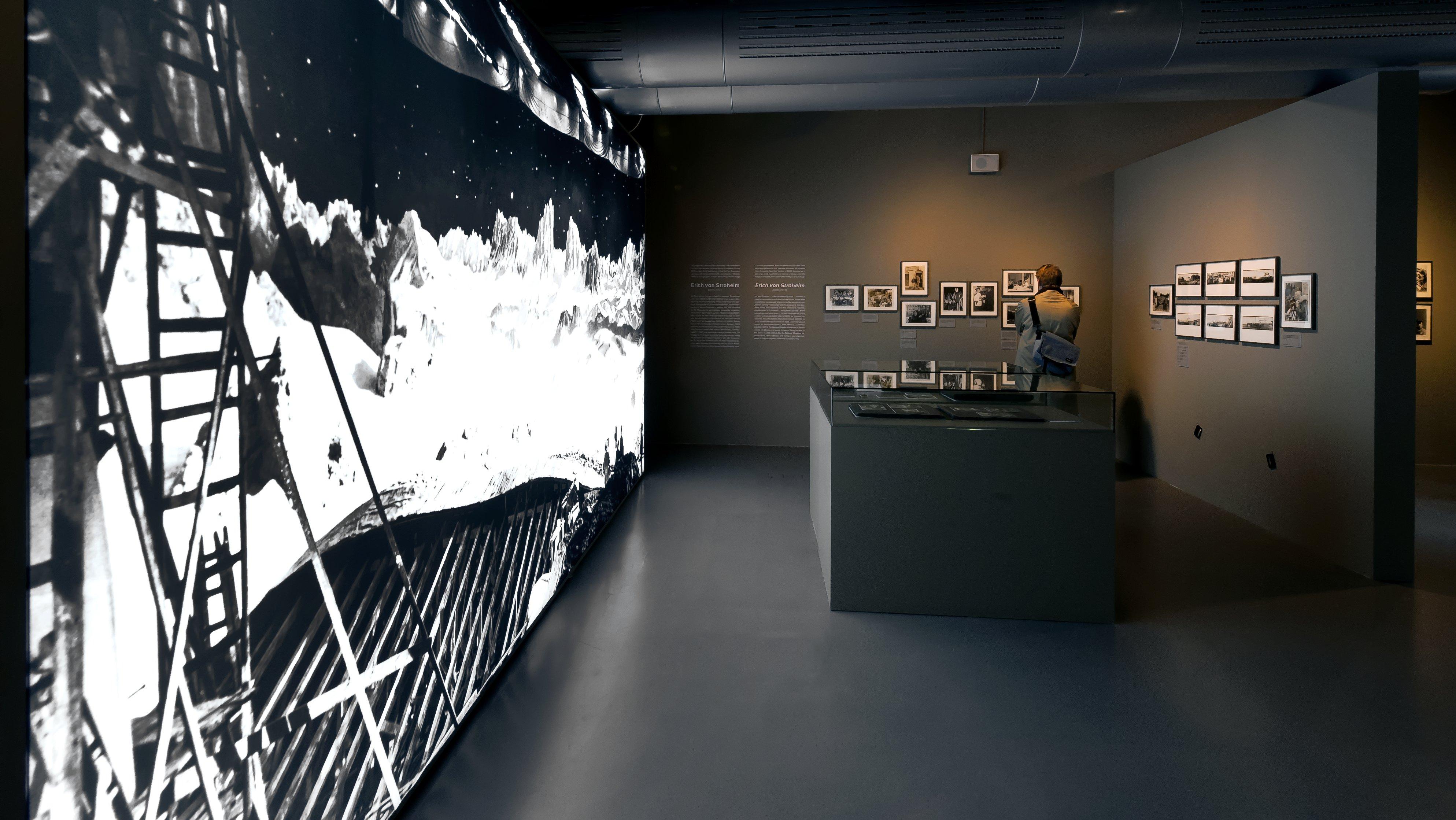 """Raumansicht der Ausstellung """"Am Set — Paris – Babelsberg – Hollywood, 1910 bis 1939"""", Deutsche Kinemathek, Berlin"""