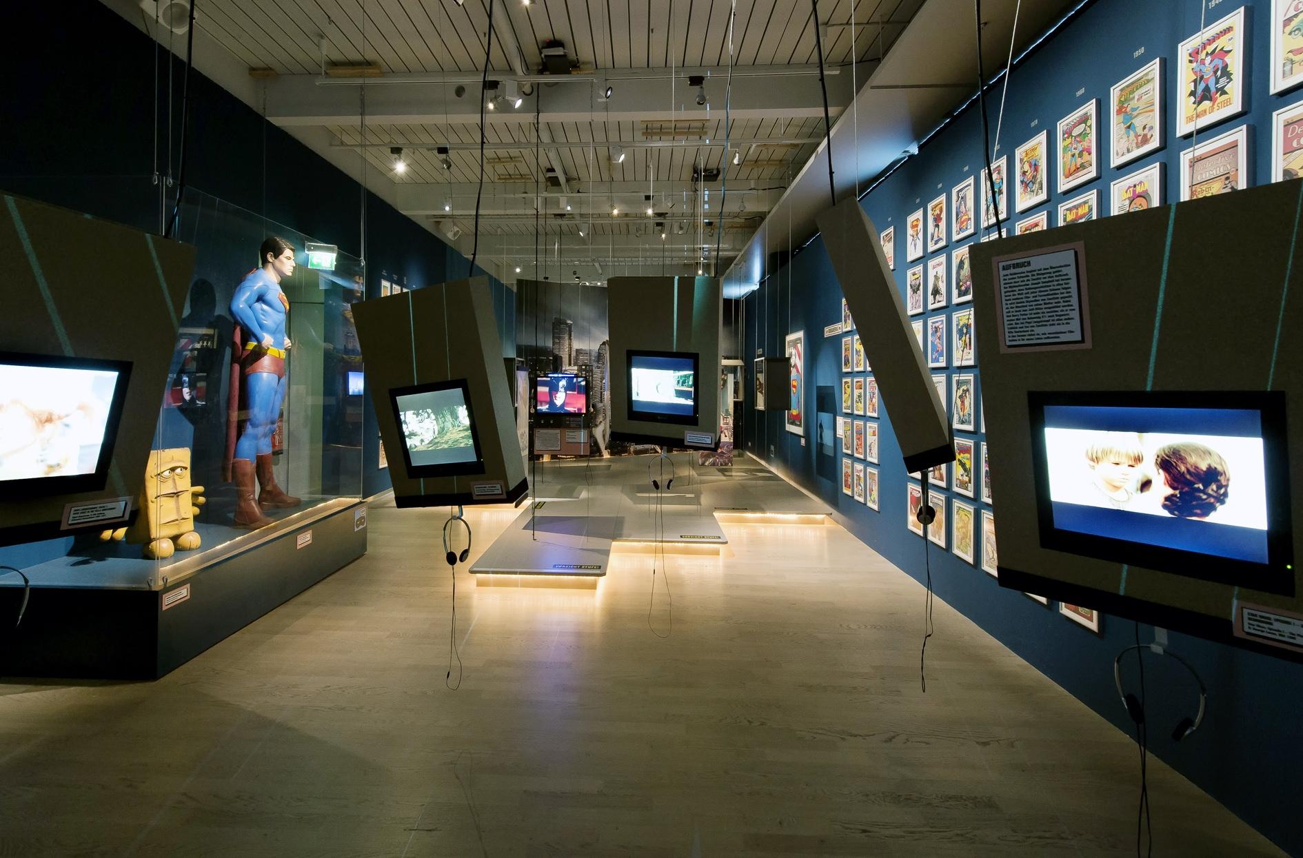 """Raumansicht der Ausstellung """"Helden — Eine Ausstellung für Kinder"""", Deutsche Kinemathek, Berlin"""