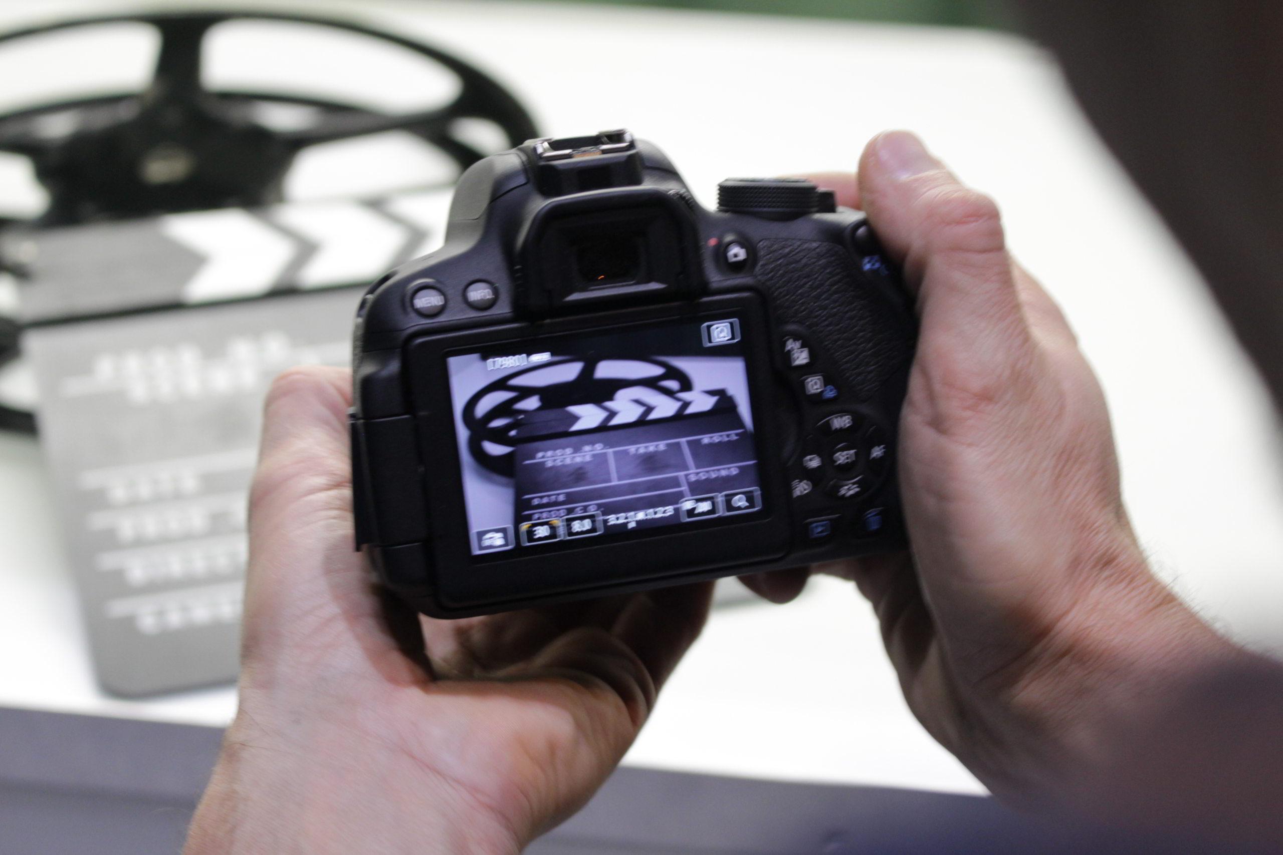 Hände halten eine digitale Filmkamera