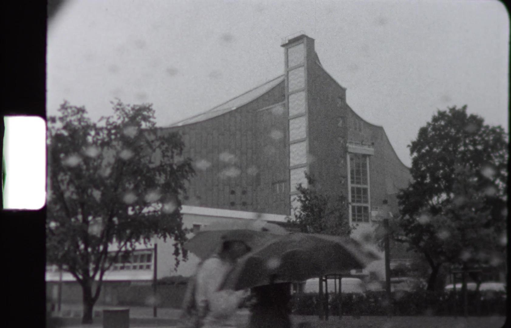 Super-8-Filmstreifen, abgebildet die Berliner Philharmonie