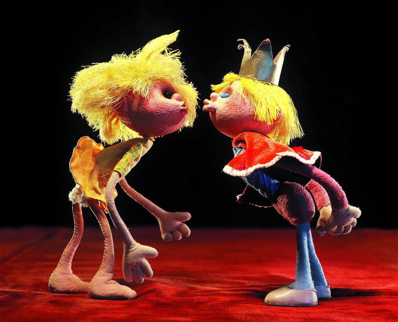 Zwei Puppen aus dem Trickfilm Das Birnenmädchen geben sich einen Kuss