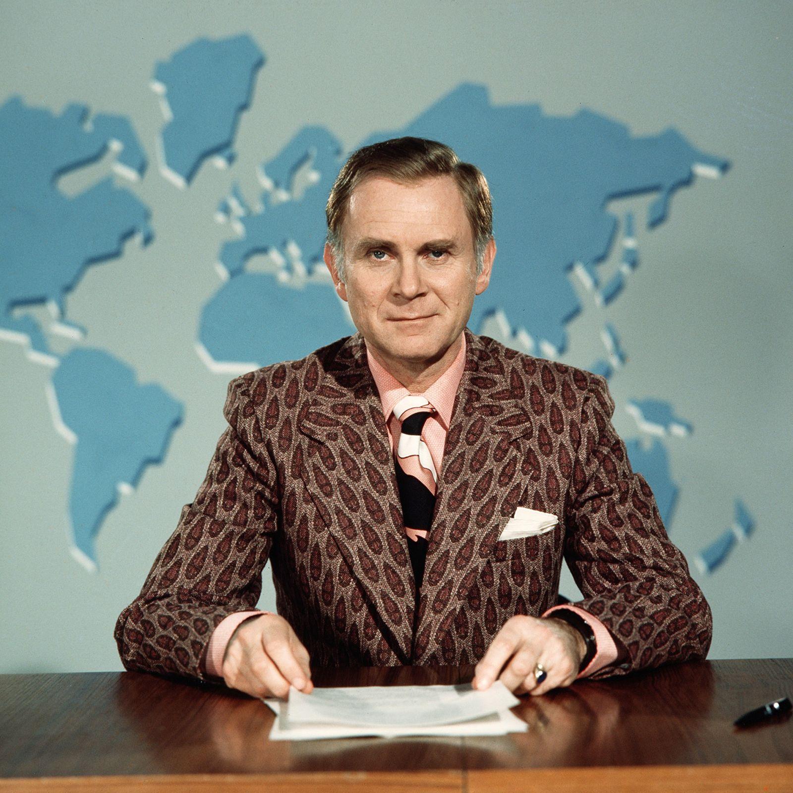 Szenenfoto von Vicco von Bülow als Nachrichtensprecher im Sketch Letzte Meldung (Süddeutscher Rundfunk)