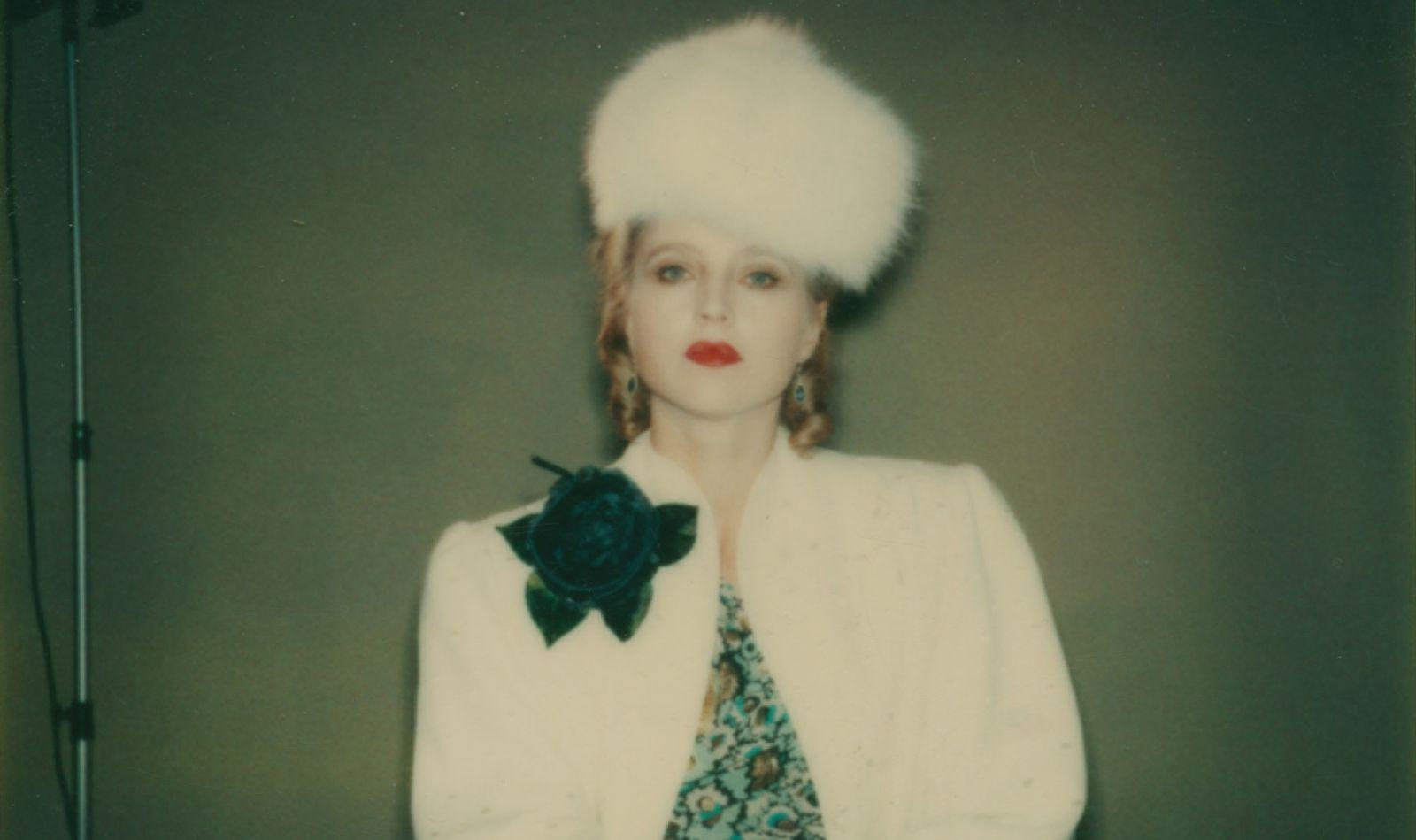 Die Schauspielerin auf einem Polaroid, direkt in die Kamera guckend