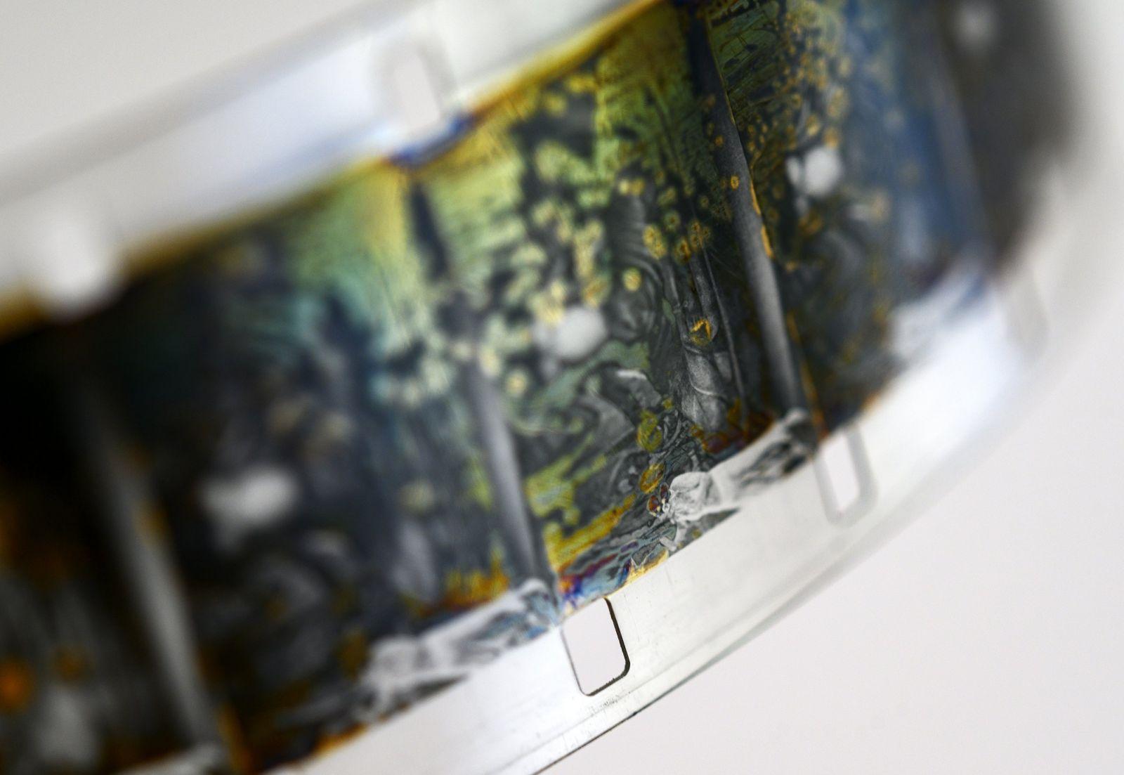 Nahaufnahme eines Filmstreifens mit silbern-schillernden Artefakten