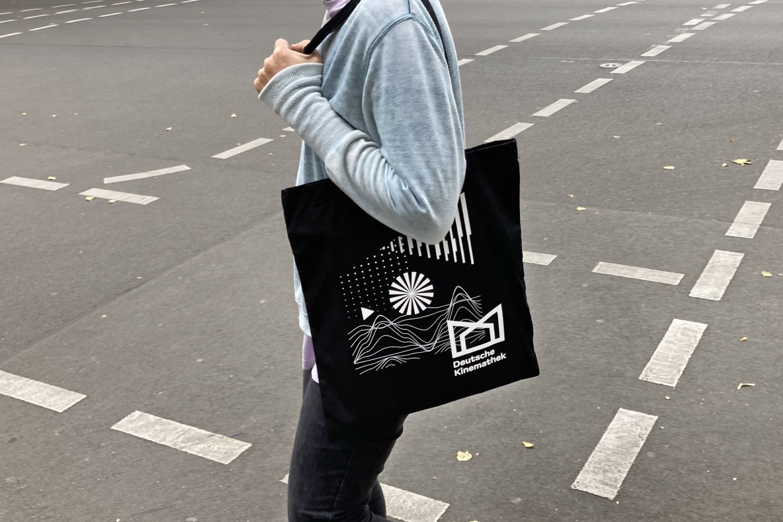 A person carrying the Deutsche Kinemathek bag
