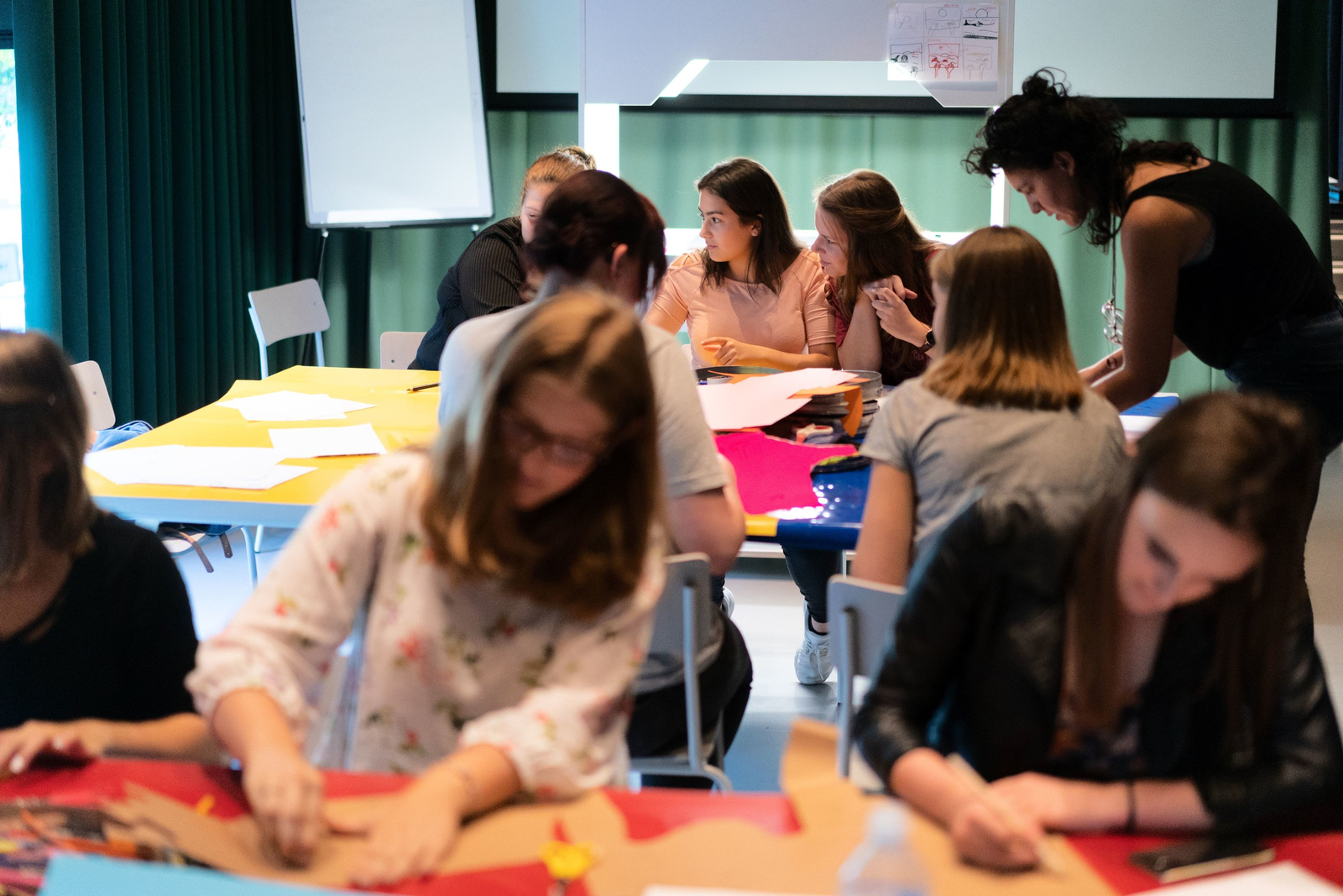 Eine Schulklasse, die einen Trickfilm in Stop Motion Technik legt
