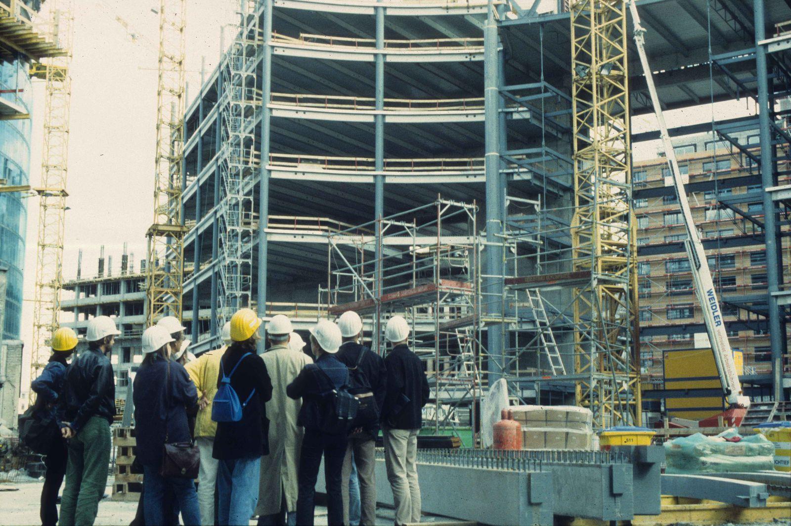 Mitarbeiter*innen der Deutschen Kinemathek auf der Baustelle des Sony Centers Berlin