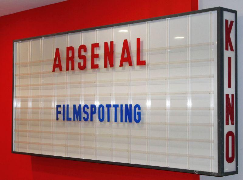 Anzeigetafel vor dem Kino Arsenal
