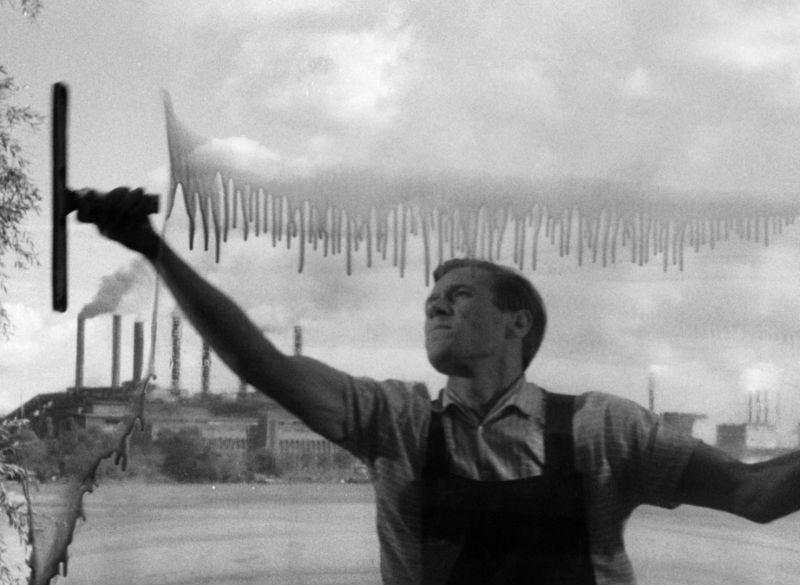 Schwarz-Weiß-Foto: ein Mann putzt ein Fenster