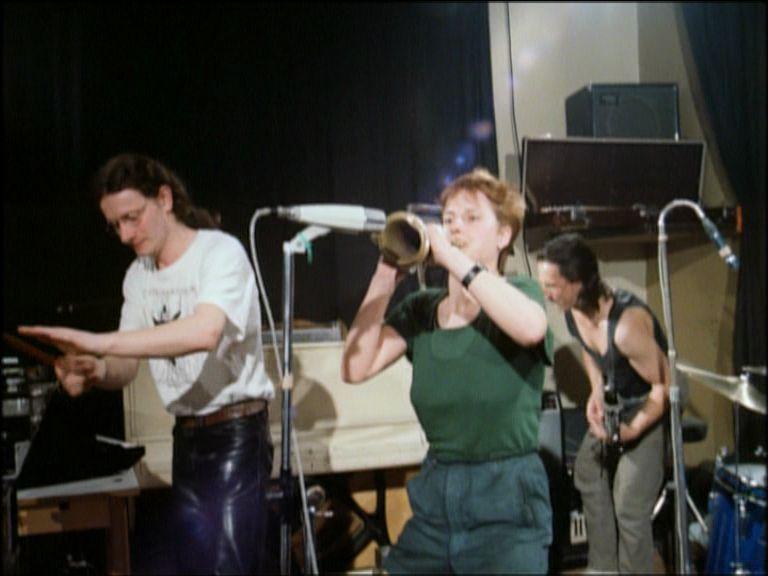 Farbige Szene: Zwei Musiker im Vordergrund