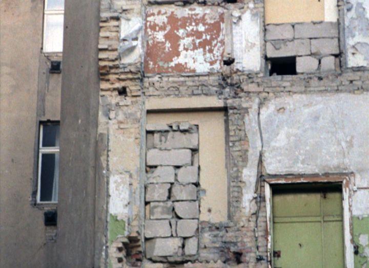 Farbige Szene: Teils zugemauerte Häuserwand