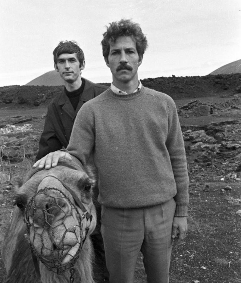 Schwarz-Weiß-Fotografie: Werner Herzog mit einem Kamel