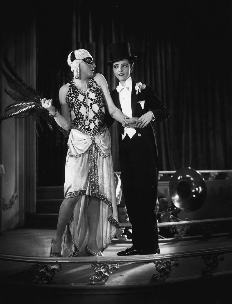 Travestieszene mit Curt Bois (als Egon Fürst) und Mona Maris (als Prinzessin Antoinette) in dem Film Der Fürst von Pappenheim (1927, Regie: Richard Eichberg)