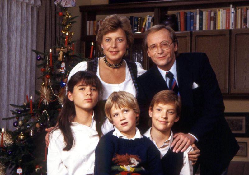 Familie Beimer 1985 aus der Lindenstraße vor dem Weihnachtsbaum