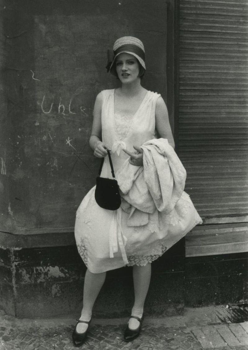 Farbfoto: Die Schauspielerin im Kostüm