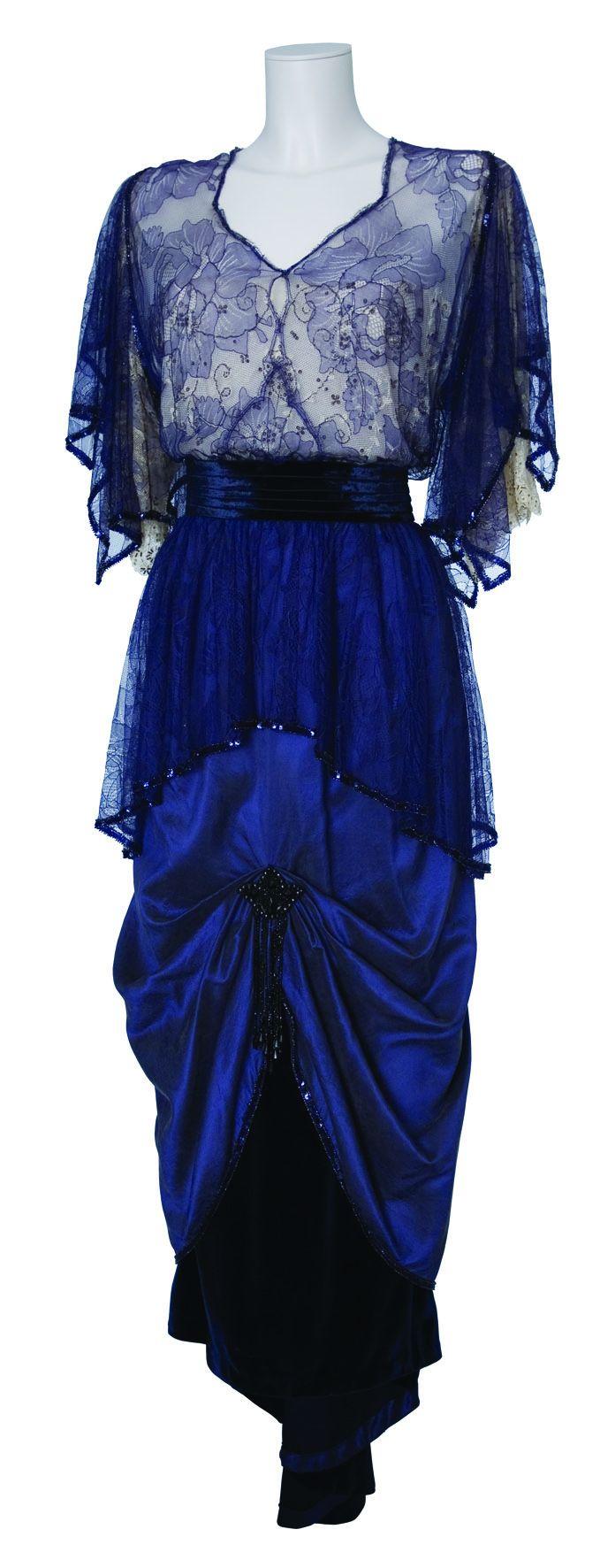 Dunkelblaues elegantes Kleid auf einer Figurine