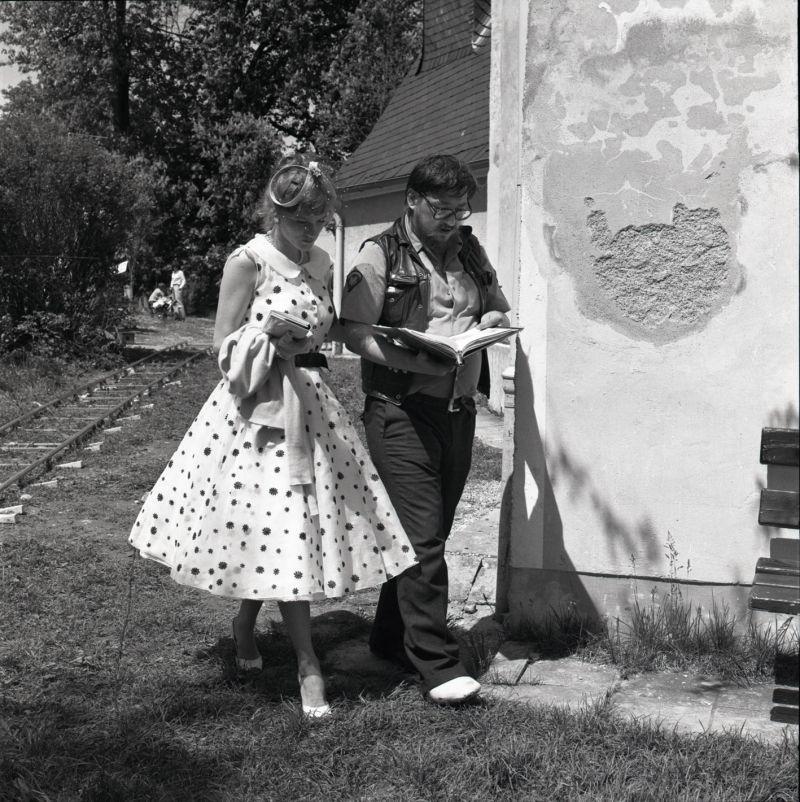 Schwarz-weiß-Foto von der Schauspielerin und dem Regisseur am Set