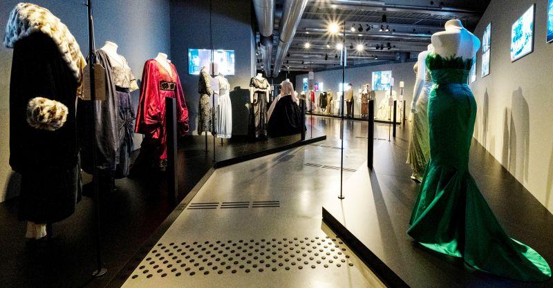 Blick in einen Ausstellungsraum voller opulenter Filmkostüme