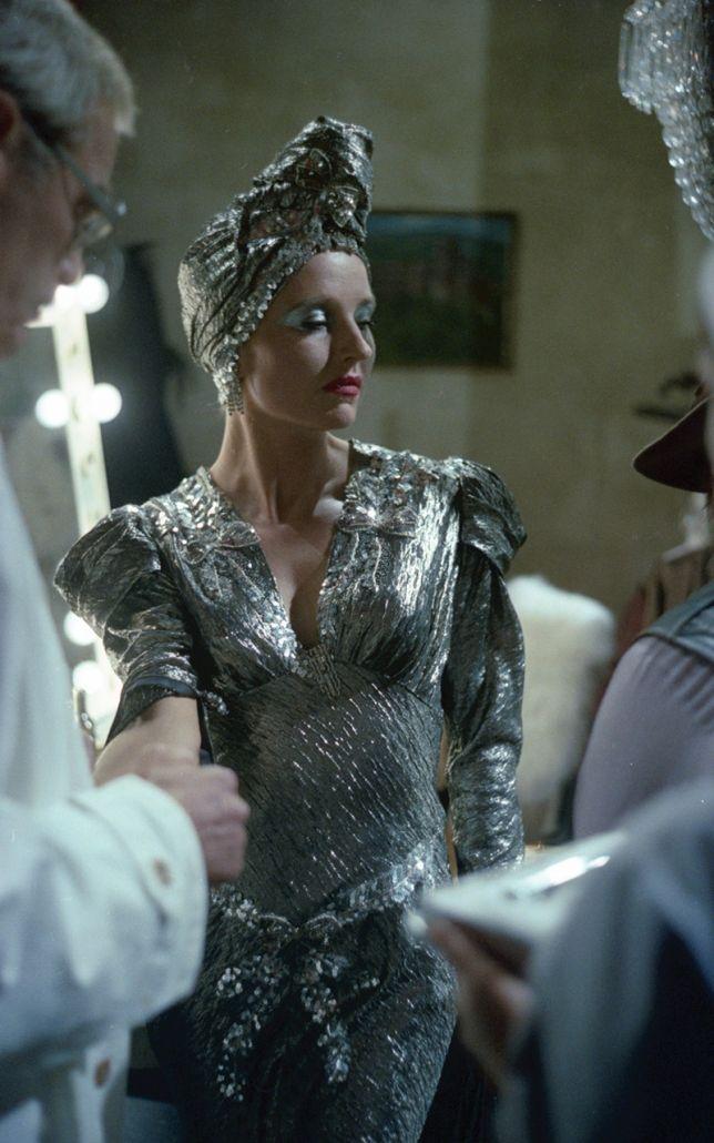 Schauspielerin in einem eleganten silberglänzenden Kleid
