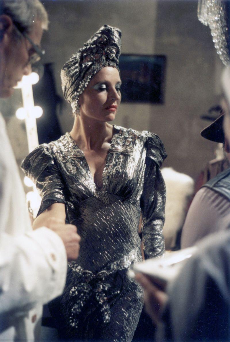 Farbfoto: Die Schauspielerin im silbernen Kostüm