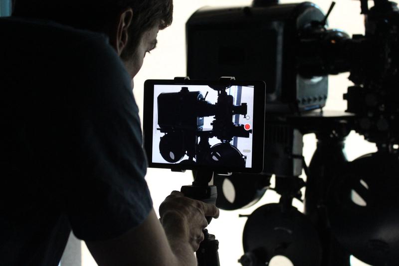 Ein Mann arbeitet an der Kameraeinstellung