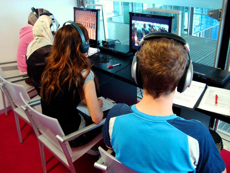 Jugendliche bei der Sichtung von Filmausschnitten