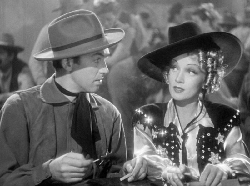 James Stewart und Marlene Dietrich in dem Film Destry Rides Again