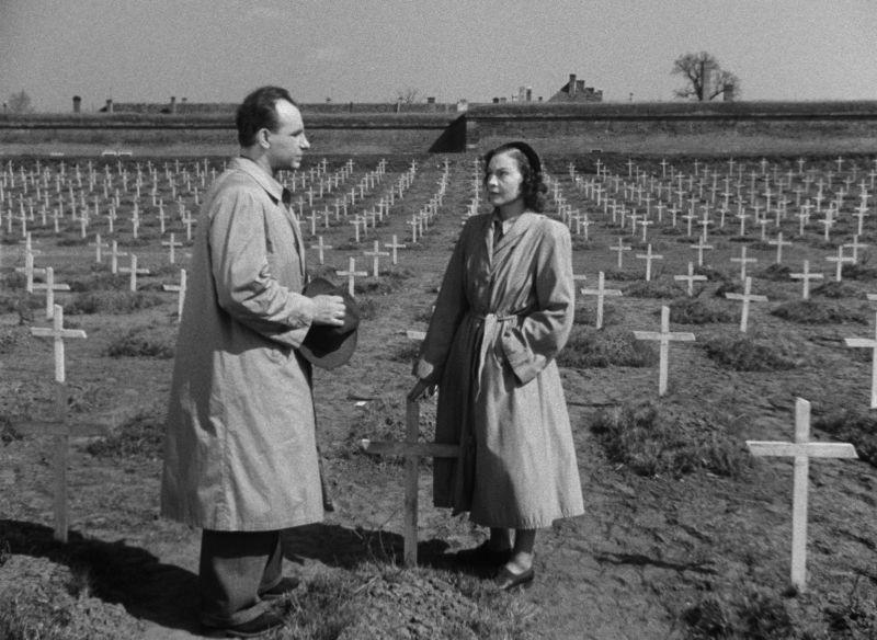 Szenenbild von einem Mann und einer Frau auf einem Friedhof