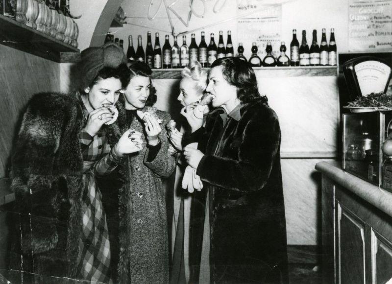 Szenenbild in schwarz-weiß aus dem Film Germania, anno zero