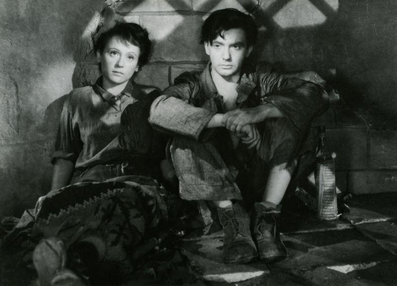 Schwarz-weißes Szenenfoto aus dem Film Valahol Európában