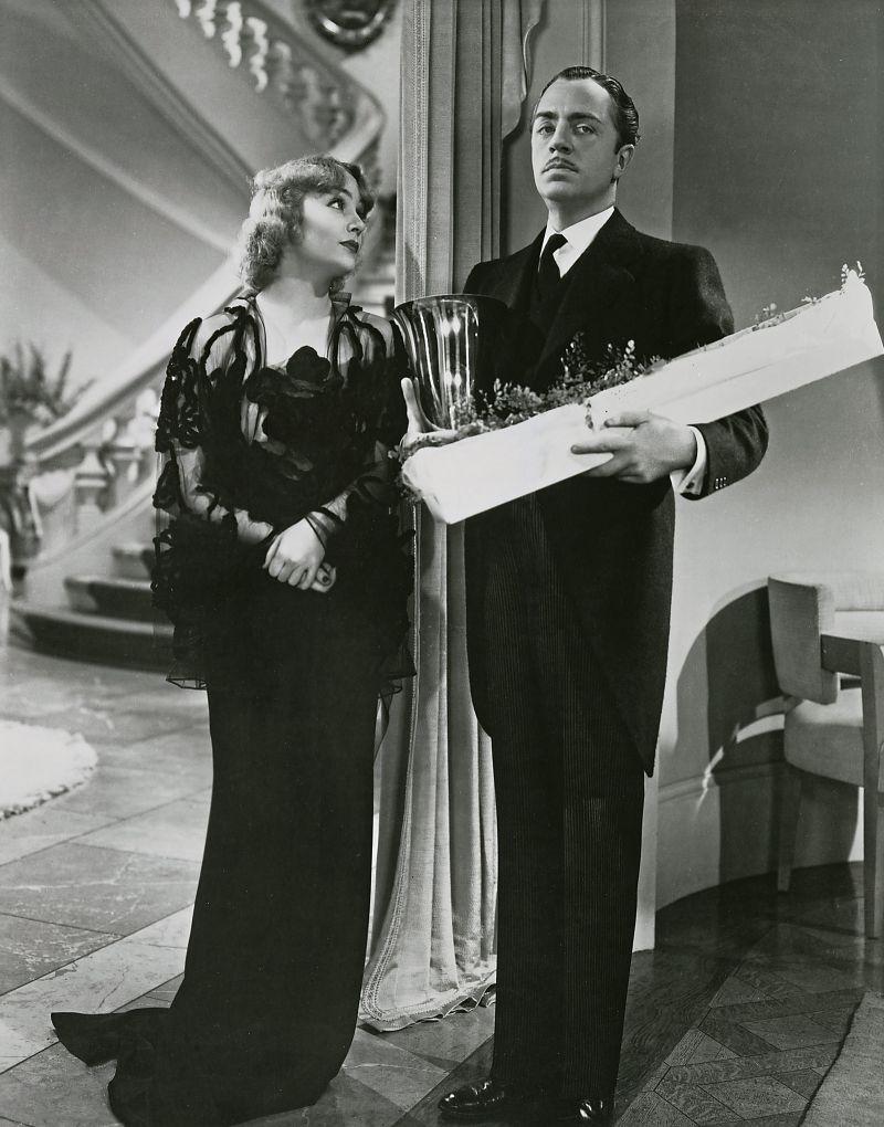 Schwarz-weiß-Szenenfoto: Paar in eleganter Abendgarderobe