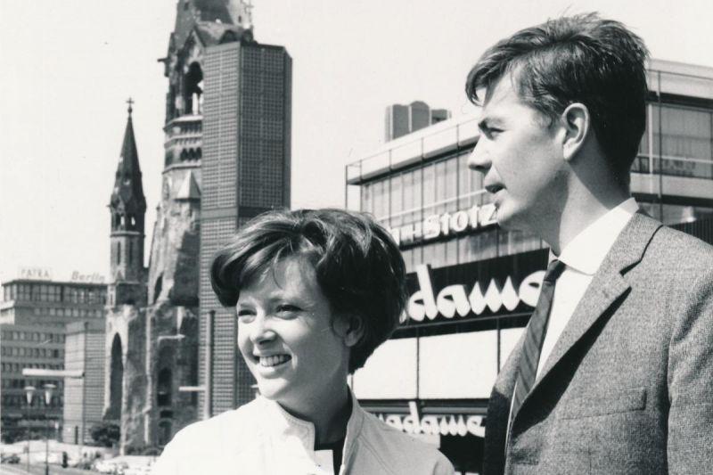 Cordula Trantow und Joachim Ansorge auf demKurfürstendamm, im Hintergrund die Gedächtniskirche