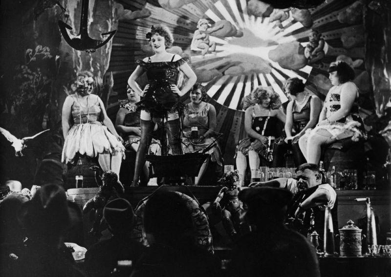 Marlene Dietrich als Tänzerin Lola in der <i>Der blaue Engel</i> (D 1920, Regie: Josef von Sternberg)