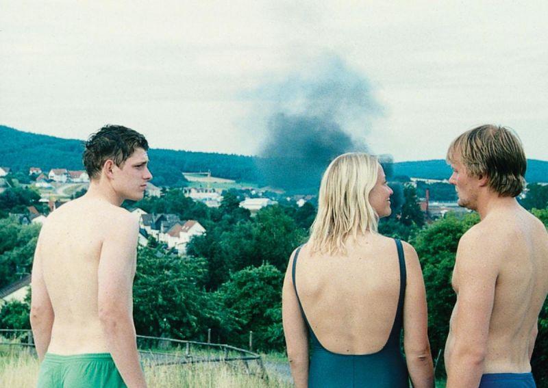 Lennie Burmeister, Trine Dyrholm, Devid Striesow in Badekleidung von hinten