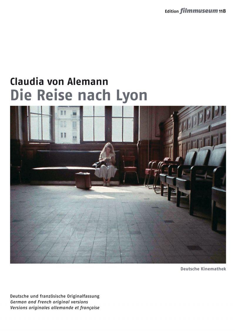 Cover: Farbfoto eines großen Raumes, an dessen Ende unter dem Fenster eine Frau sitzt