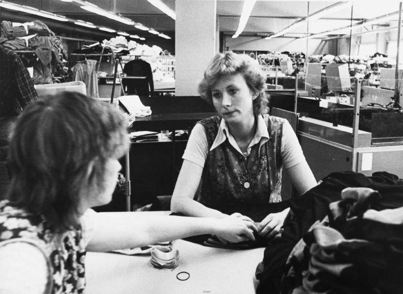 Zwei junge Arbeiterinnen in einem der größten Textilbetriebe der DDR im brandenburgischen Wittstock an der Dosse